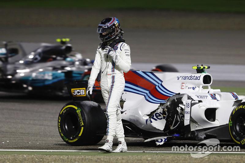 Lance Stroll, Williams FW40, à pieds alors que Valtteri Bottas, Mercedes AMG F1 W08, passe
