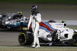 Ленс Стролл, Williams FW40, йде від своєї машини після аварії, Валттері Боттас, Mercedes AMG F1 W08, проїжджає повз нього на трасі