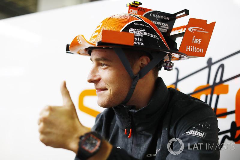 Stoffel Vandoorne, McLaren, dengan topi unk