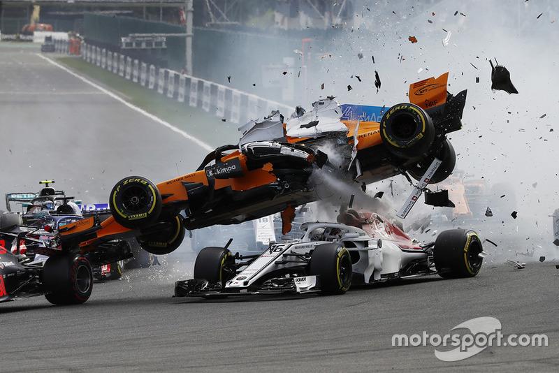 Choque de Fernando Alonso, McLaren MCL33 al inicio de la carrera