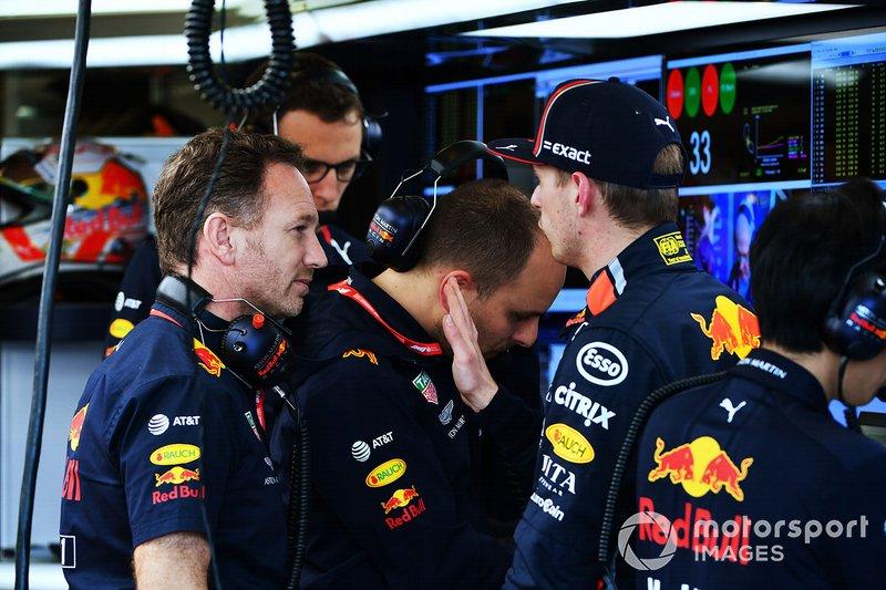 Christian Horner, Team Principal, Red Bull Racing, e Max Verstappen, Red Bull Racing, nel box