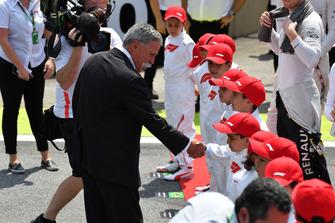 Chase Carey, directeur exécutif du Formula One Group et des Grid Kids sur la grille