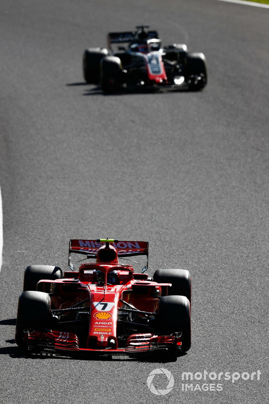 Kimi Raikkonen, Ferrari SF71H, precede Romain Grosjean, Haas F1 Team VF-18