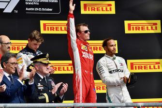 (Da sx a dx): Carlo Santi, ingegnere di pista Ferrari, Max Verstappen, Red Bull Racing, Kimi Raikkonen, Ferrari, festeggiano con Lewis Hamilton, Mercedes AMG F1