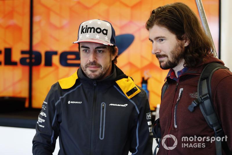 Fernando Alonso, McLaren, con el piloto de IndyCar JR Hildebrand en el garaje