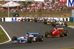 Герхард Бергер (Benetton B197 Renault) і Едді Ірвайн (Ferrari F310B)