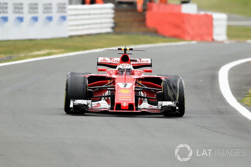 Kimi Raikkonen, Ferrari SF70H, con un neumático delantero dañado