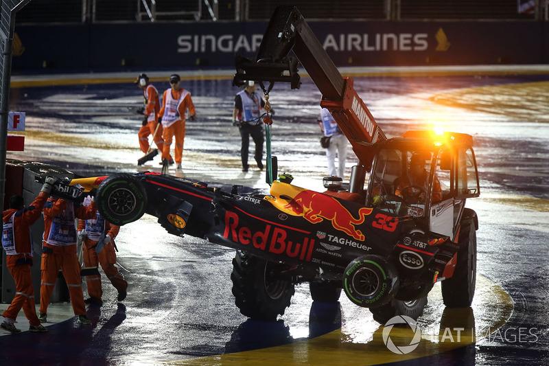 El coche de Max Verstappen, Red Bull Racing RB13, recogido por los comisarios