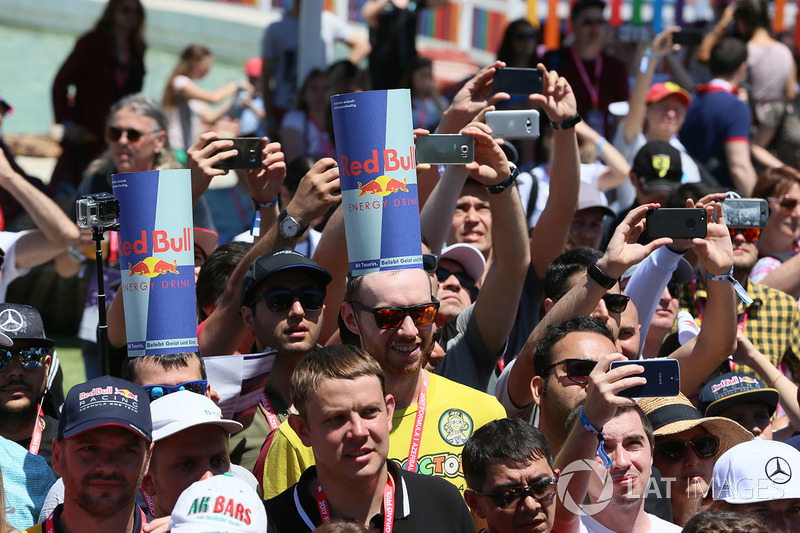 Fans, Atmosphäre and Red-Bull-Kappen