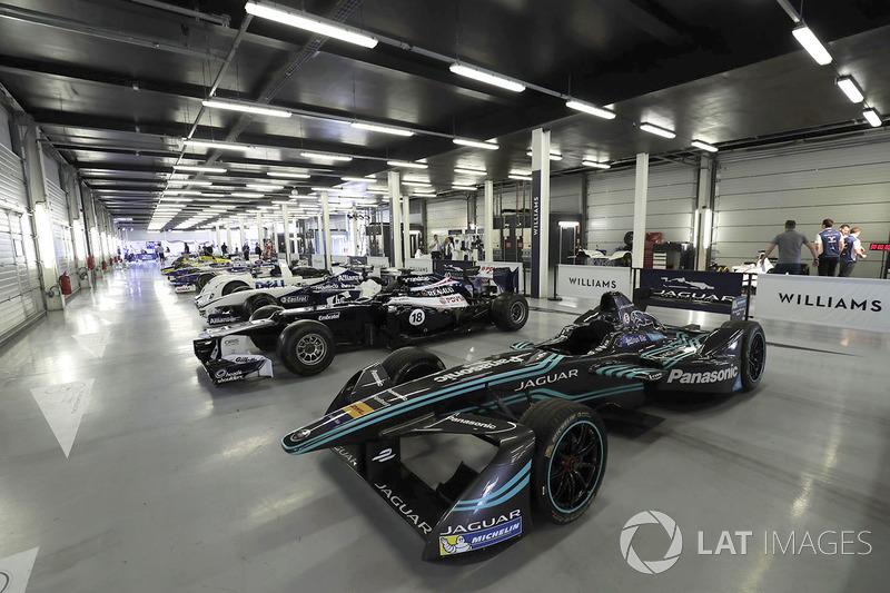 Klasik Williams F1 araçları ve 1999 Le Mans galibi BMW ve Jaguar FE aracı