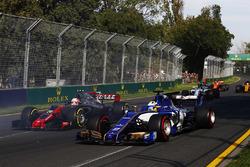 Кевин Магнуссен, Haas F1 VF-17, и Маркус Эрикссон, Sauber C36
