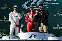 Подиум: победитель Себастьян Феттель, Ferrari, обладатель второго места Льюис Хэмилтон, Mercedes AMG F1, и Марк Уэббер