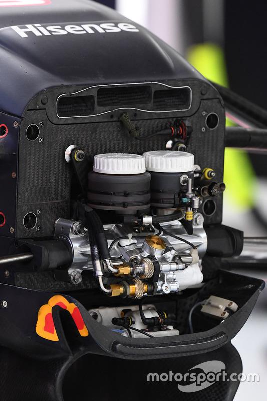 红牛RB13赛车前轮悬挂细节图