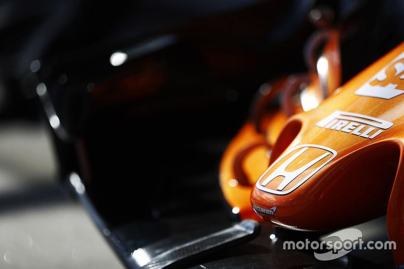 Les logos Honda et Pirelli sur le nez de la McLaren MCL32