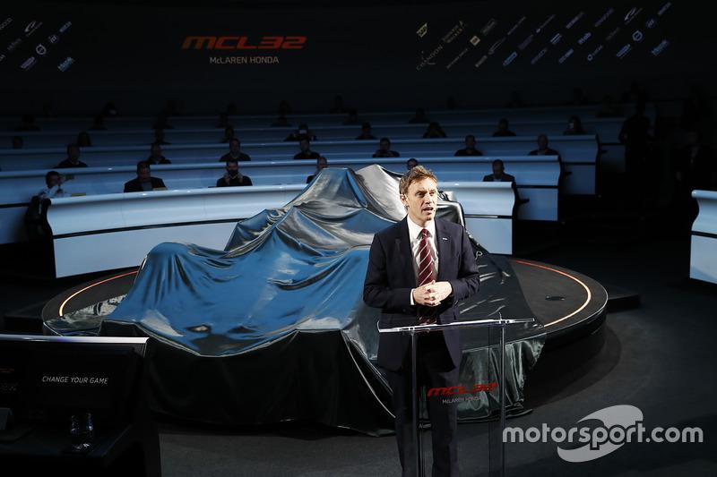 سيمون لازينبي يقدم سيارة مكلارين أم.سي.آل32