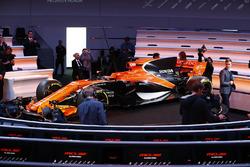 Pressevertreterin vor dem McLaren MCL32