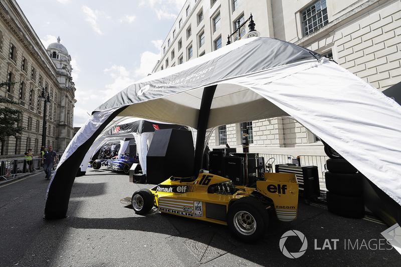 El coche Renault Sport F1 Team RS01 es preparado para la demostración