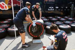 Механики Red Bull Racing взвешивают колеса