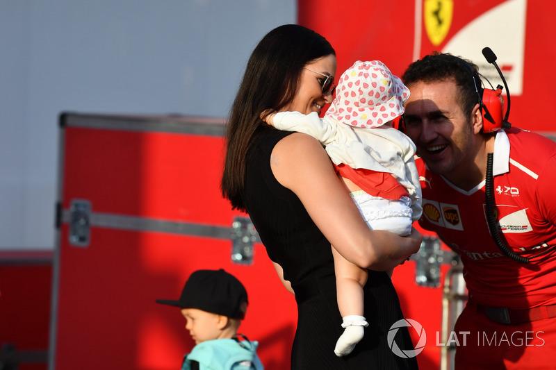 Minttu Virtanen esposa de Kimi Raikkonen, Ferrari, con su hija Rianna Raikkonen