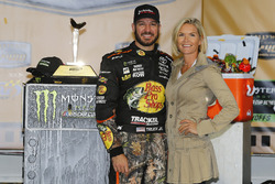 1. Martin Truex Jr., Furniture Row Racing Toyota, mit Freundin Sherry Pollex