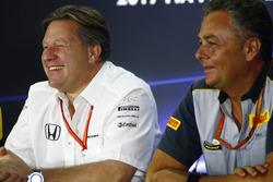 Zak Brown, Direktör, McLaren Technology Group, Mario Isola, Yarış Menajeri, Pirelli Motorsport