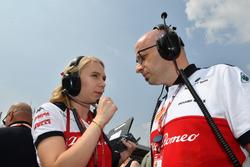 Ruth Buscombe, ingegnere della strategia, Sauber e Simone Resta, Direttore tecnico, Sauber, in griglia di partenza