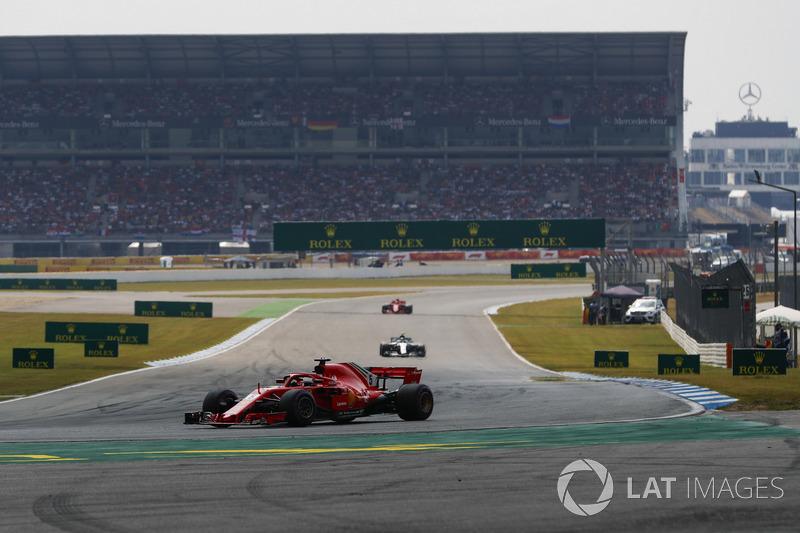 Sebastian Vettel, Ferrari SF71H, precede Valtteri Bottas, Mercedes AMG F1 W09, e Kimi Raikkonen, Ferrari SF71H