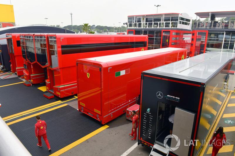 Camiones Ferrari en el Paddock