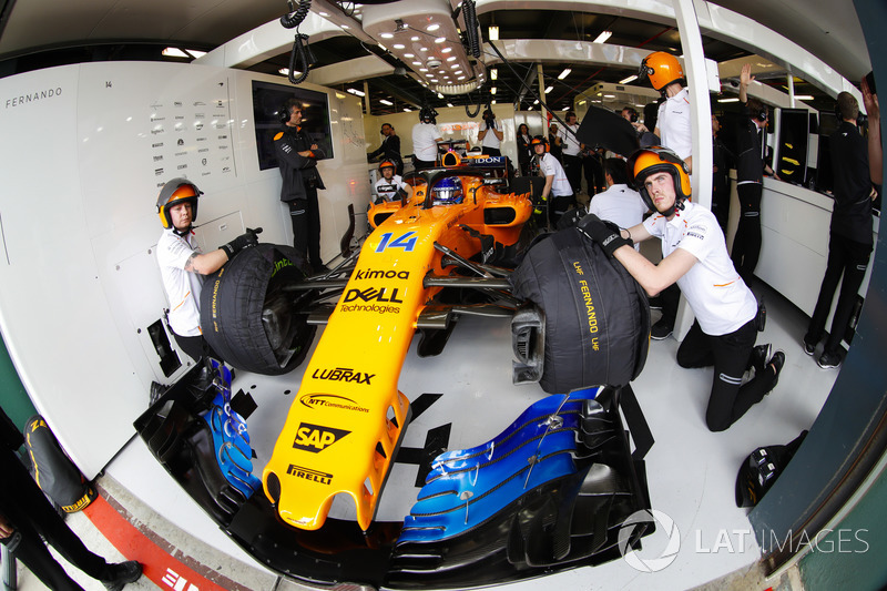 Fernando Alonso, McLaren MCL33 Renault, in the garage