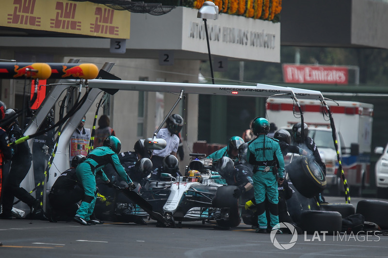 Lewis Hamilton, Mercedes-Benz F1 W08, pitstop