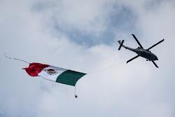 Helicóptero y la bandera de México