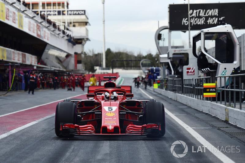 Jo Bauer, delegato tecnico FIA, guarda Sebastian Vettel, Ferrari SF71H in pit lane