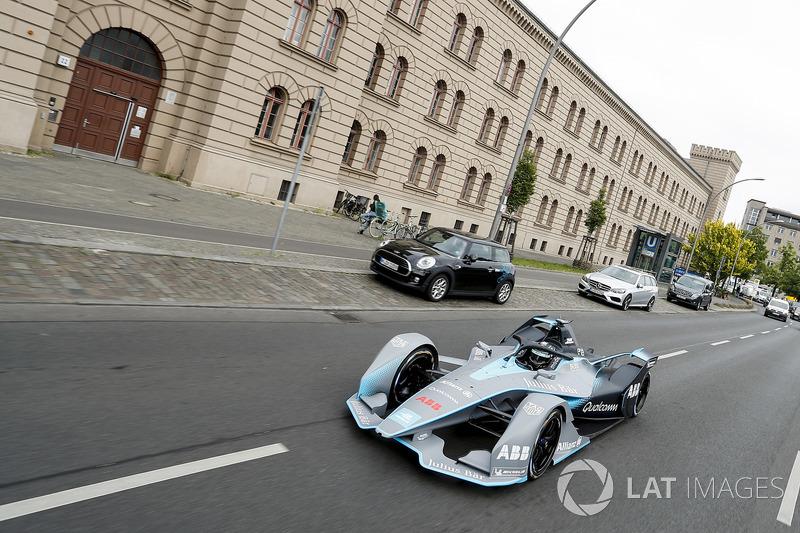 Nico Rosberg mengemudikan mobil Gen2 di jalanan Berlin