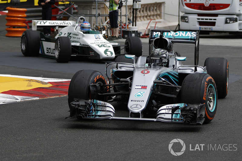 Nico Rosberg, Mercedes-Benz F1 W07 Hybrid leads Keke Rosberg, Williams FW08