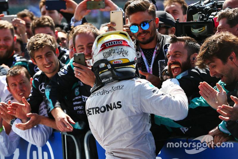 Il vincitore della gara Lewis Hamilton, Mercedes AMG F1 W07 Hybrid festeggia con il team nel parco chiuso
