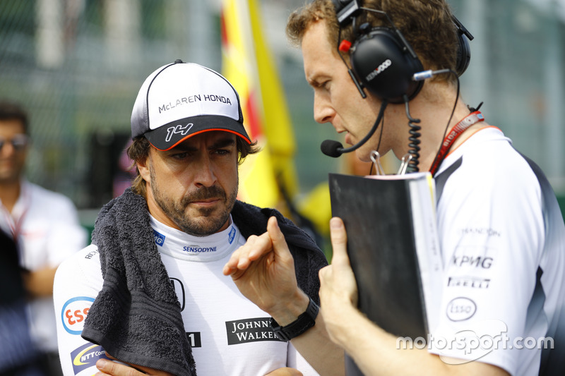 Fernando Alonso, McLaren talks to engineer Mark Temple