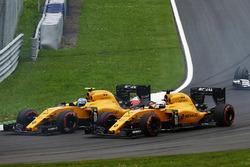 Джолион Палмер, Renault Sport F1 Team RS16 и Кевин Магнуссен, Renault Sport F1 Team RS16 на старте г