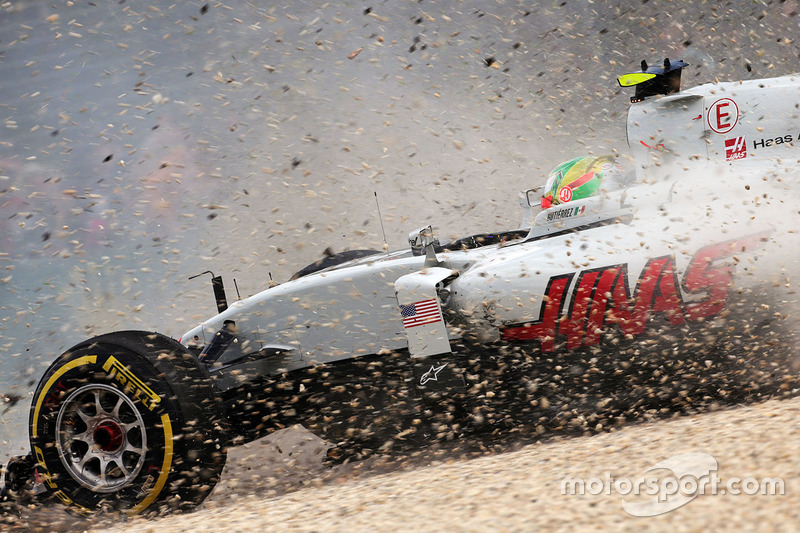 Esteban Gutierrez, Haas F1 Team VF-16 crashes out of the race