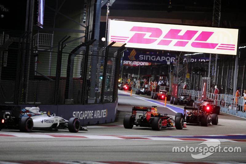 Felipe Massa, FW38 Williams sigue el campo por el pit lane detrás del coche de seguridad FIA