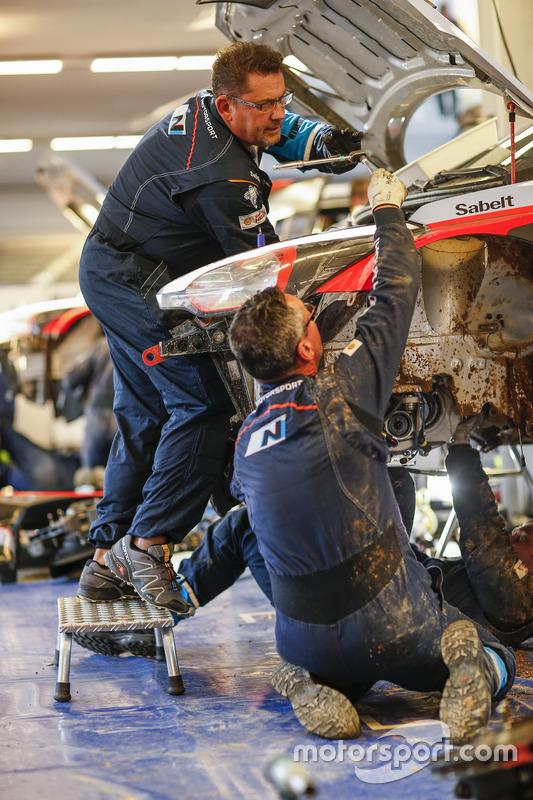 الميكانيكيون يعملون على سيارة هيونداي آي20 دبليو آر سي