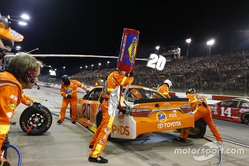 Matt Kenseth, Joe Gibbs Racing Toyota, pit action