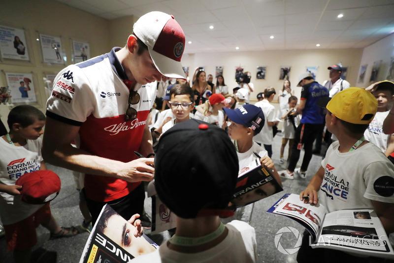 Charles Leclerc, Sauber, signe des autographes pour les grid kids