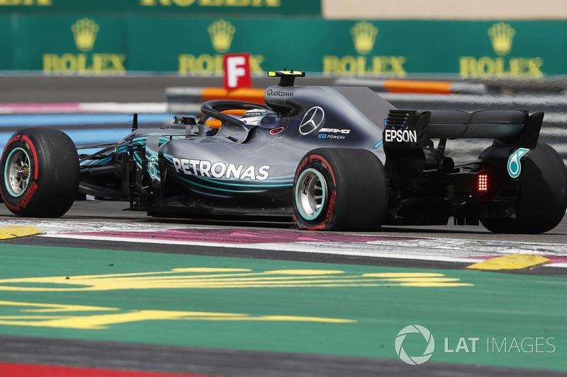 Valtteri Bottas, Mercedes AMG F1 W09, con una foratura