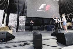 Lewis Hamilton, Mercedes AMG F1, prova a usare il Lasso