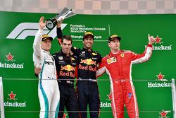 Il vincitore della gara Daniel Ricciardo, Red Bull Racing, il secondo classificato Valtteri Bottas, Mercedes-AMG F1, il terzo classificato Kimi Raikkonen, Ferrari