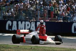 Alain Prost, McLaren MP4/2C resta senza benzina