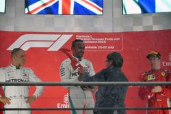 Il vincitore della gara Lewis Hamilton, Mercedes-AMG F1, festeggia sul podio