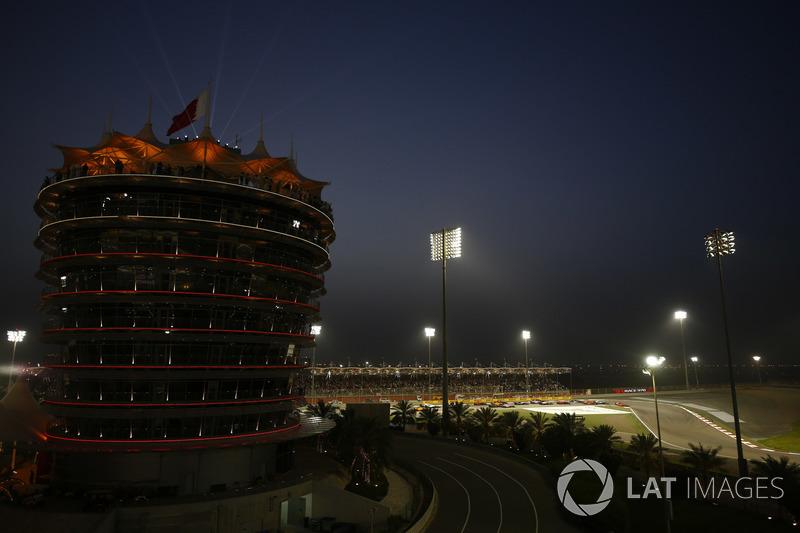 Sebastian Vettel, Ferrari SF71H, Valtteri Bottas, Mercedes AMG F1 W09, Kimi Raikkonen, Ferrari SF71H, y el resto del del grupo al comienzo de la carrera