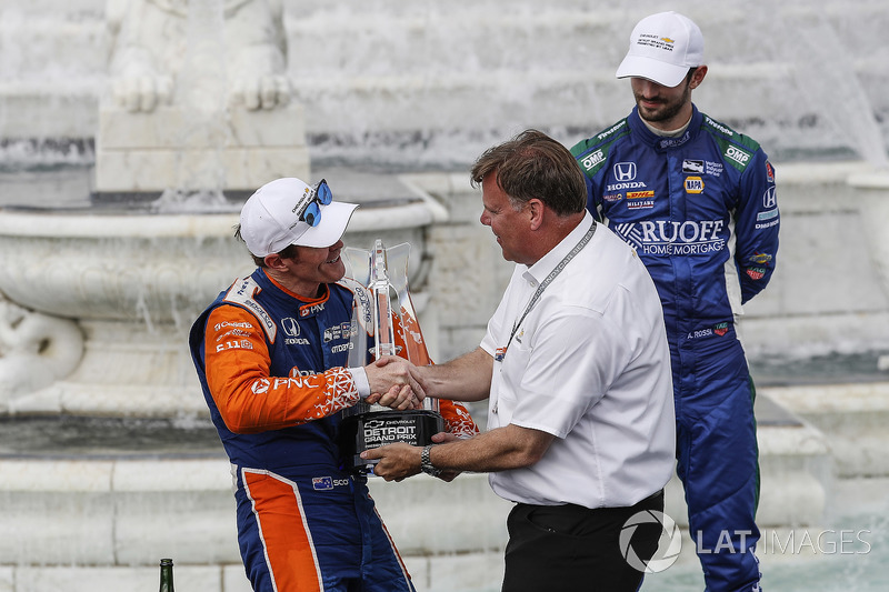 Winner Scott Dixon, Chip Ganassi Racing Honda receives a trophy from Jim Campbell of Chevrolet