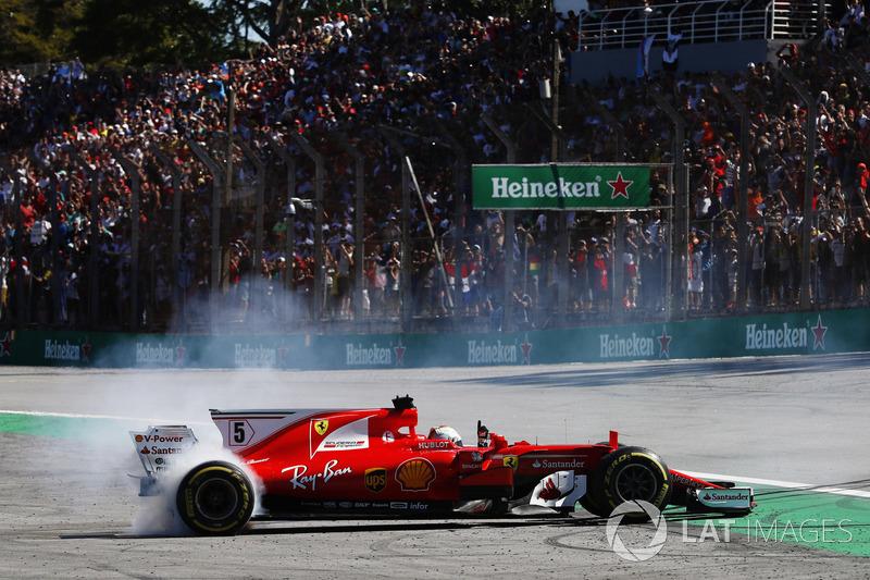 Sebastian Vettel, Ferrari SF70H, fait des donuts